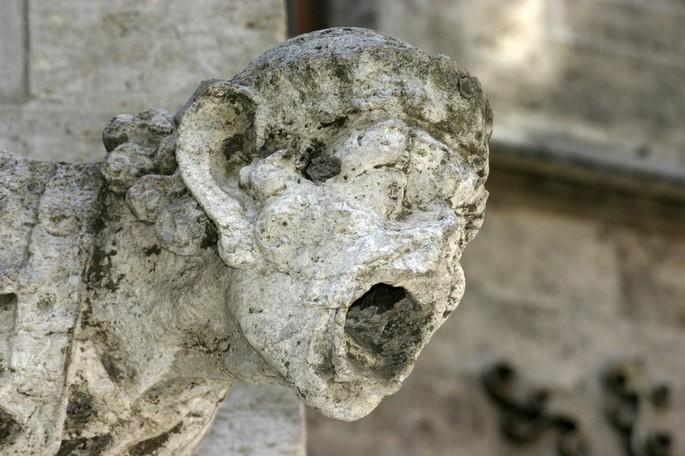 fenomeno quimico de la lluvia acida desintegrando una estatua