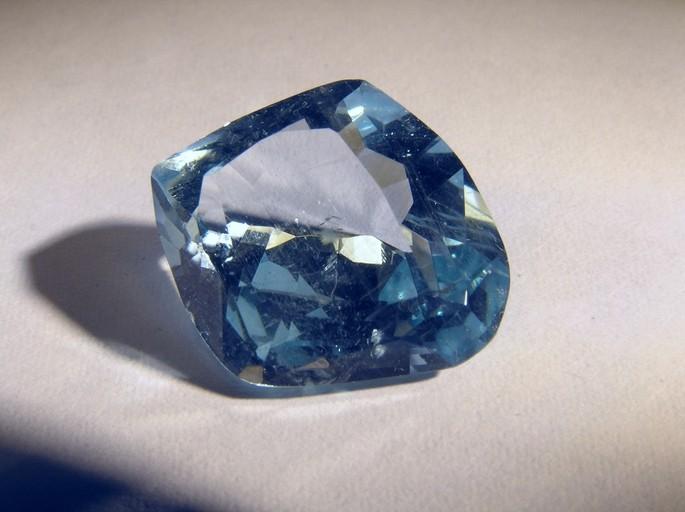 piedra preciosa de aguamarina compuesta por berilio