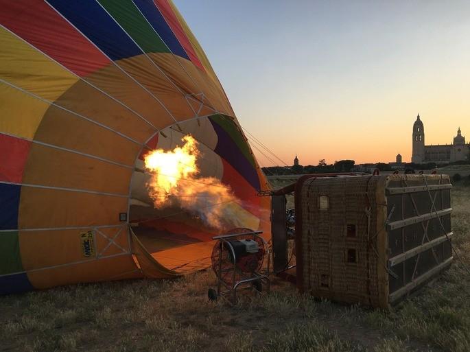 conveccion globo aerostatico calentando el aire se hace mas denso y flota