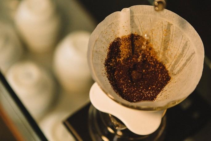 borra de cafe en un filtro de papel