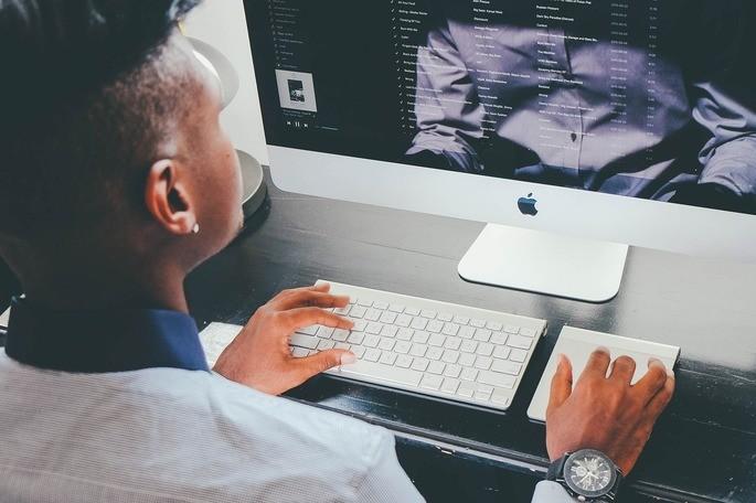 dispositivos de entrada y salida del hardware de una computadora apple mac