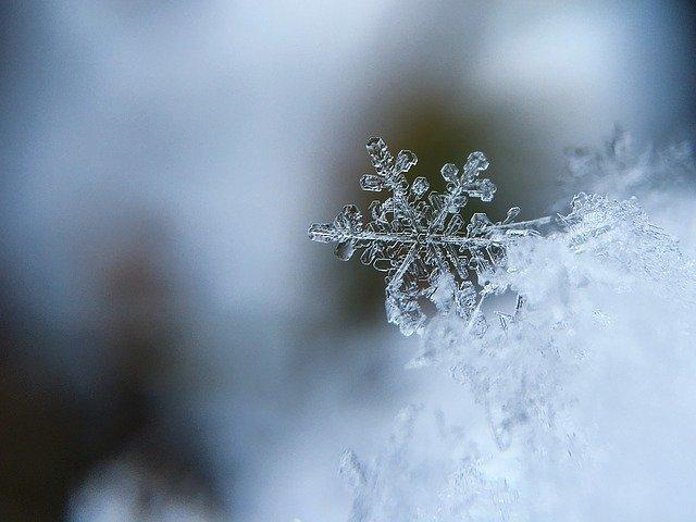 agua cristalizada en forma de copo de nieve