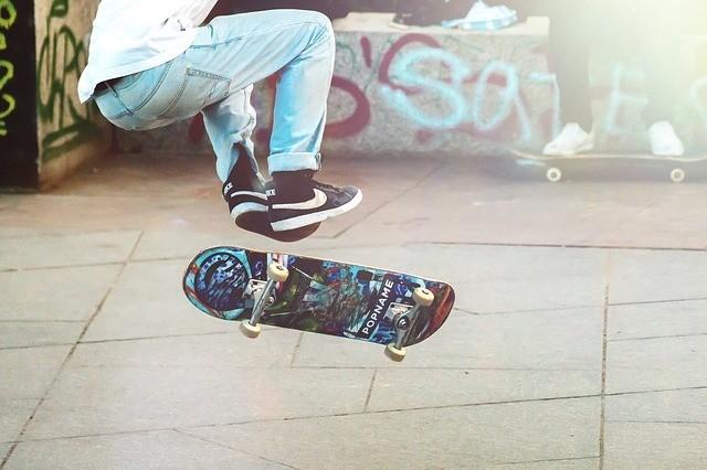 joven usando una patineta