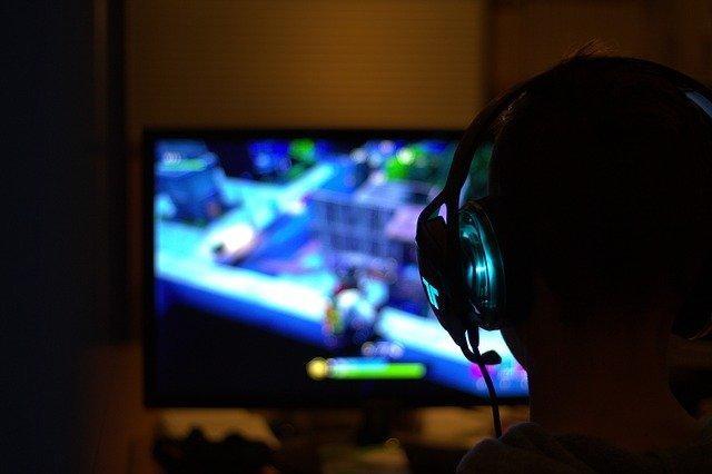 niño jugando videojuegos