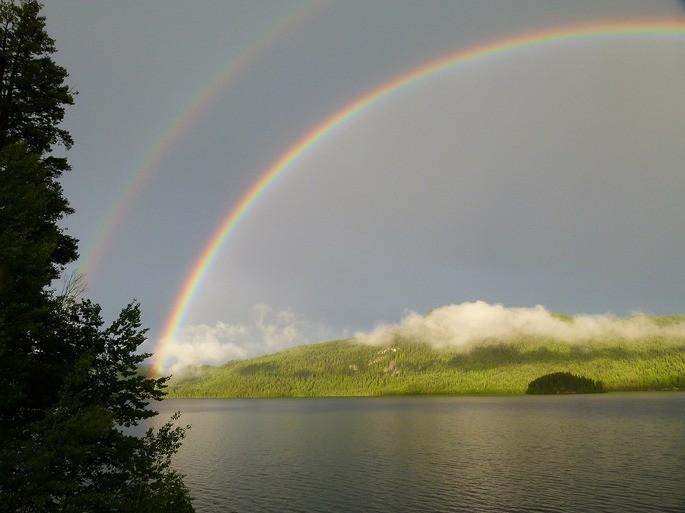 Arco iris doble sobre un lago