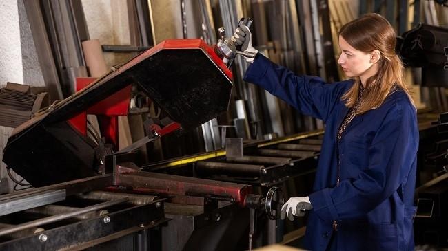 mujer trabajando en taller de autos
