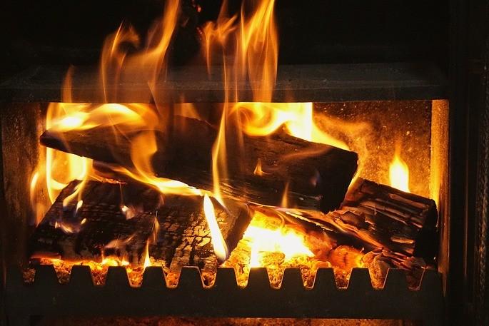 quema de madera en una chimenea para generar energia termica
