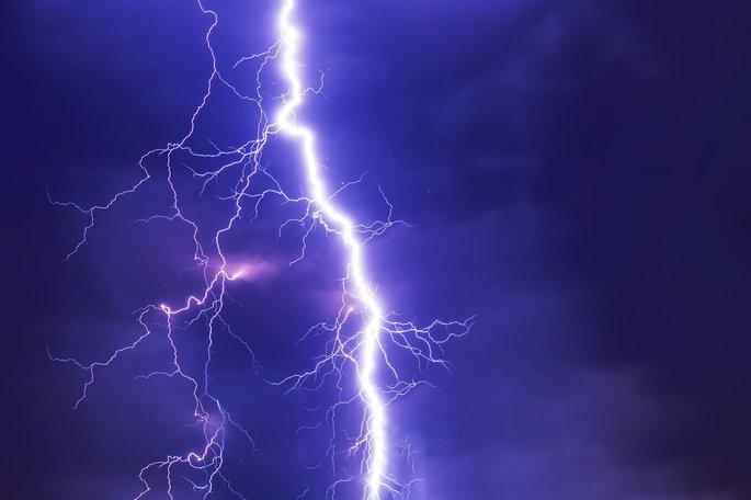 rayo TRvesando el cielo como un fenomeno fisico