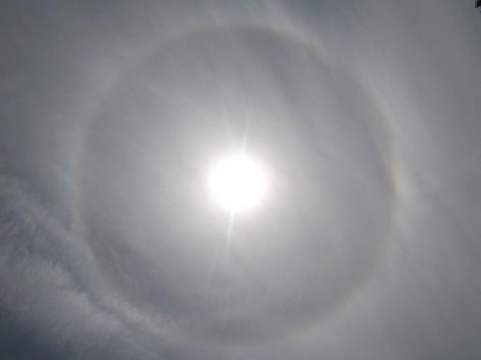 efecto de halo solar por causa de la refraccion de la luz en las gotas de agua de la atmosfera