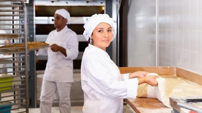 mujer y hombre trabajando en panadería