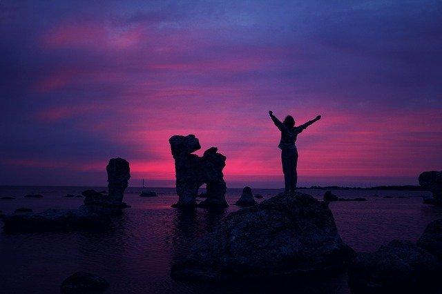 persona levantando sus brazos