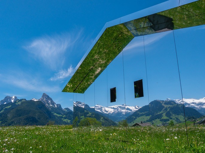 Casas de espejo reflejan la luz exterior y se mimetizan con el ambiente