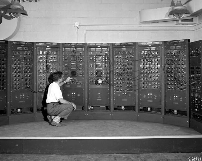 hombre manipula computadora antigua