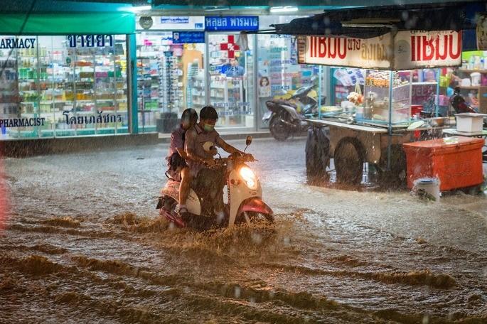 Fenomenos naturales calle inundada en una ciudad en Tailandia por causa de un monson