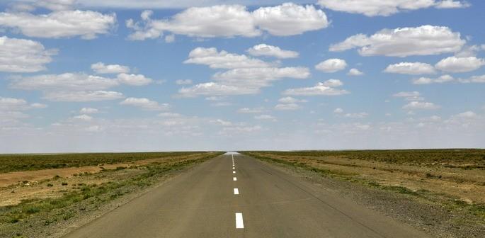 fenomeno fisico de espejismo al final de una carretera