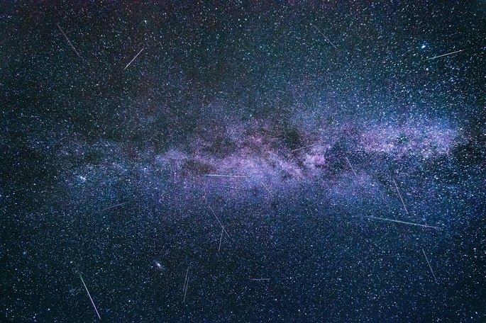 lluvia de estrellas con el fondo de la via lactea como fenomeno natural