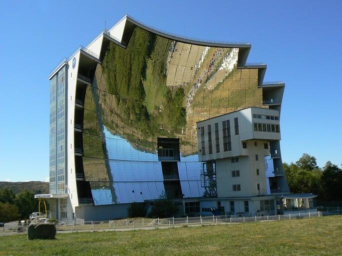 El horno solar más grande del mundo en Odeillo Francia se basa en la reflexion de los rayos solares