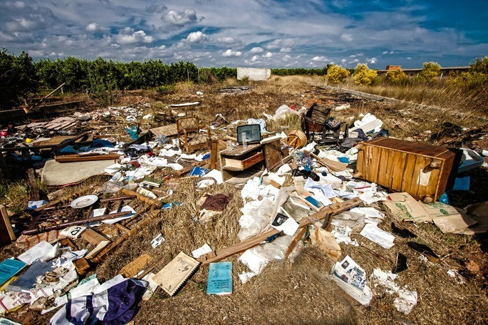 contaminacion del suelo basura tirada en la tierra