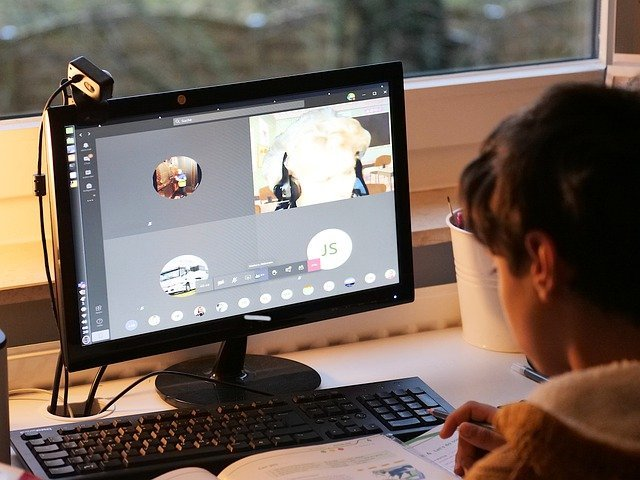 niño viendo clases en línea